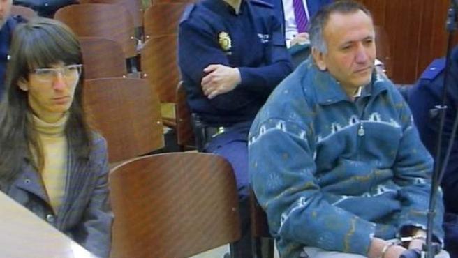 Fotografía tomada del monitor de TV en la sala de prensa de la Audiencia Provincial de Huelva, de los hermanos Santiago y Rosa del Valle.