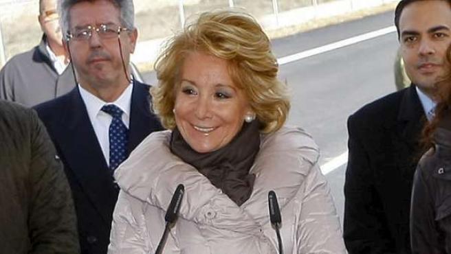 """La presidenta de la Comunidad de Madrid en el acto en el que anunció que tenía un """"bulto en el pecho"""" que había que operar, el 21 de febrero de 2011."""