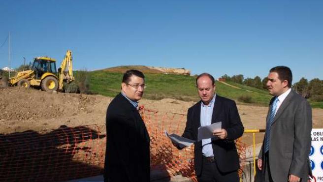 Sanz, Barón y Bendodo en la visita al conjunto dolménico de Antequera