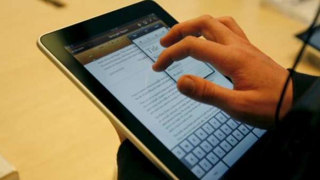 Una persona utiliza un iPad, de Apple.