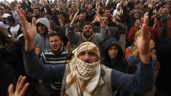 Fuerzas leales a Muamar Gadafi han lanzado un contraataque el jueves combatiendo con los rebeldes.