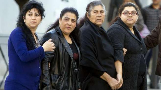 Irene Suarez (a la derecha), a su llegada el jueves la Audiencia Provincial de Huelva con sus familiares.