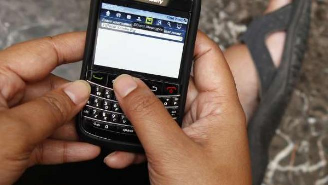 Una persona navega en Internet a través de un dispositivo móvil.