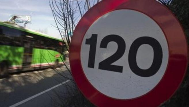 Una señal de prohibido circular a más de 120 km/h en una autovía española.