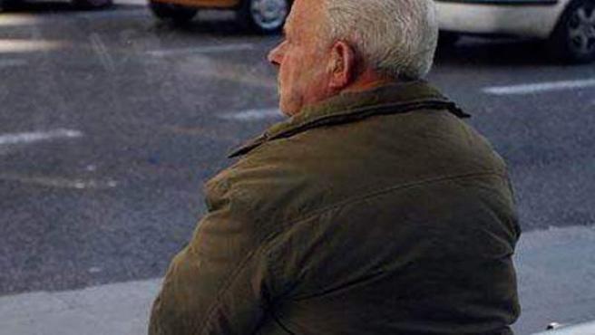 Un enfermo de Alzheimer contempla el tráfico de la ciudad.