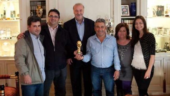 Vicente del Bosque junto a miembros de D'Genes