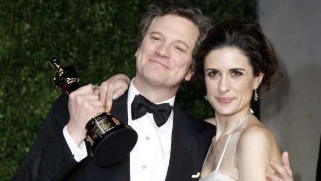 Colin Firth muestra, junto a su mujer, el Oscar que ganó por 'El discurso del rey'.