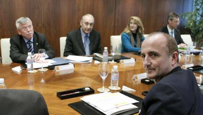 El ministro de Industria, Turismo y Comercio, Miguel Sebastián (d), durante la reunión que ha mantenido con el presidente de la Federación Española de Municipios y Provincias, Pedro Castro (i) y otros representantes de la FEMP.
