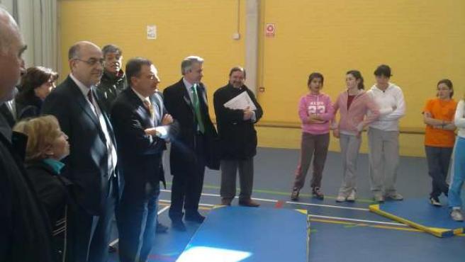 El consejero de Educación, Juan José Mateos, visita el gimnasio del IES Zorrilla