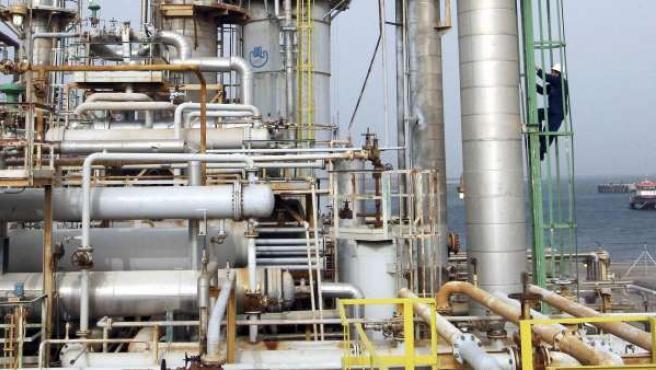 Una de las industrias petroleras libias, paralizada y custodiada por los rebeldes libios.