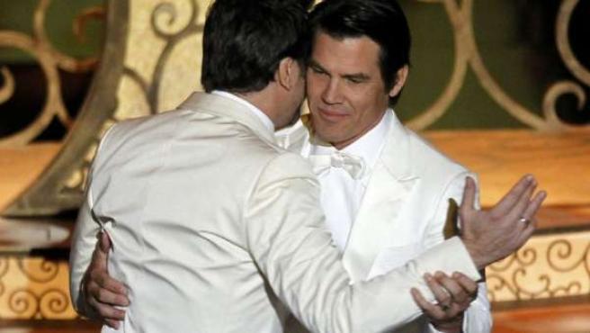 Javier Bardem y Josh Brolin bailando antes de darse un beso en la gala de los Oscar.