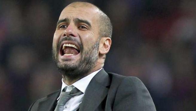 El entrenador del FC Barcelona, Pep Guardiola, da instrucciones desde la banda.