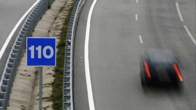 Un coche circula a gran velocidad, en una autovía española.