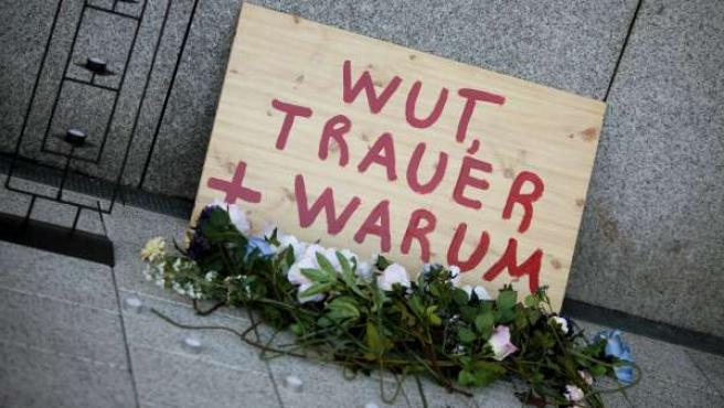 Un ramo de flores de plástico en el lugar donde dos soldados estadounidenses murieron y otros dos resultaron heridos en Fráncfort (Alemania).