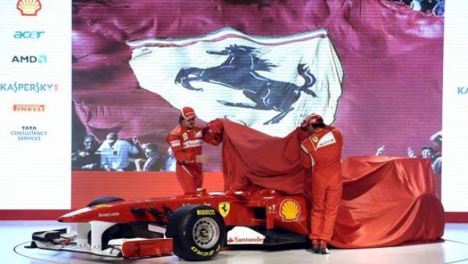 Los dos pilotos de Ferrari, Alonso (i) y Massa, descubrieron el monoplaza en Maranello.