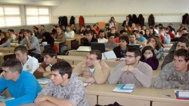 Algunos universitarios atienden durante una clase.