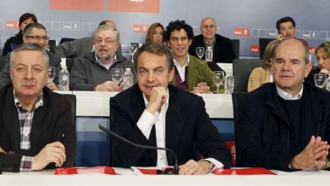 El jefe del Ejecutivo y secretario general del PSOE, José Luis Rodríguez Zapatero; el ministro de Fomento, José Blanco, y el vicepresidente tercero del Gobierno y presidente del partido, Manuel Chaves.