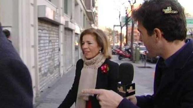 Ana Botella es sorprendida por el reportero Gonzo, de 'El Intermedio' cuando acude a una peluquería en coche oficial.