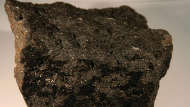 Muestra de un trozo de meteorito encontrado en la Antártida, en una imagen de julio de 2004.