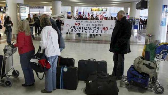 Trabajadores del aeropuerto de El Altet, durante la protesta que realizaron contra la privatización de AENA.