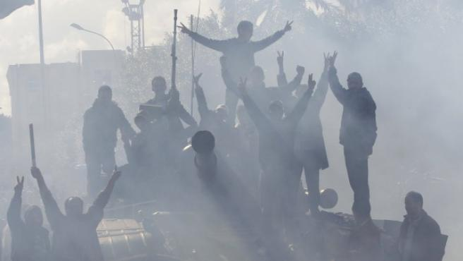 Opositores a Gadafi corean consignas contra el régimen subidos a un tanque en Zawiyah.