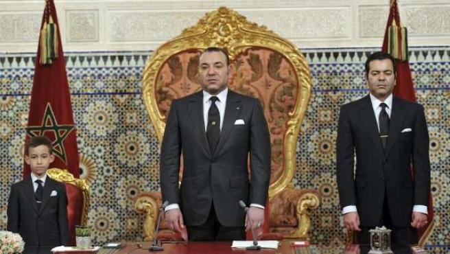 El rey Mohamed VI de Marruecos, flanqueado por su hijo Mulay Hasan y su hermano Mulay Rachid.