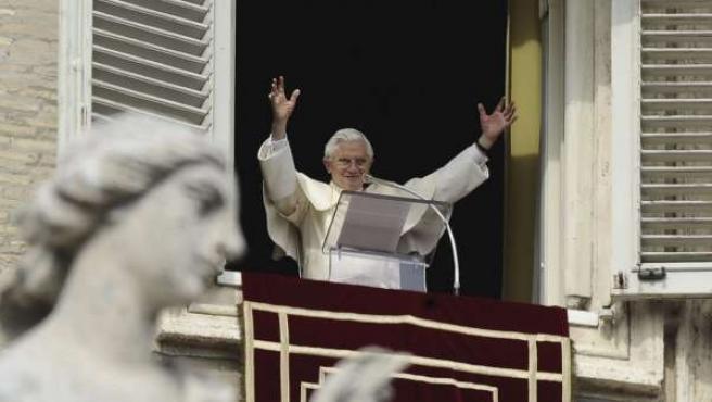 El papa Benedicto XVI saluda a los fieles desde un balcón de su residencia durante el rezo del Ángelus.