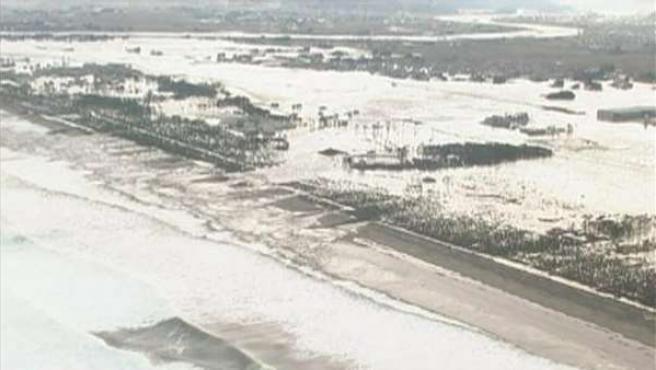 Las aguas del tsunami golpean la costa japonesa de Sendai.