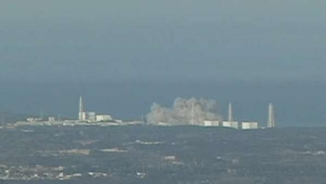 Momento de la explosión en la central nuclear de Fukushima este sábado, 24 horas después del gran terremoto.