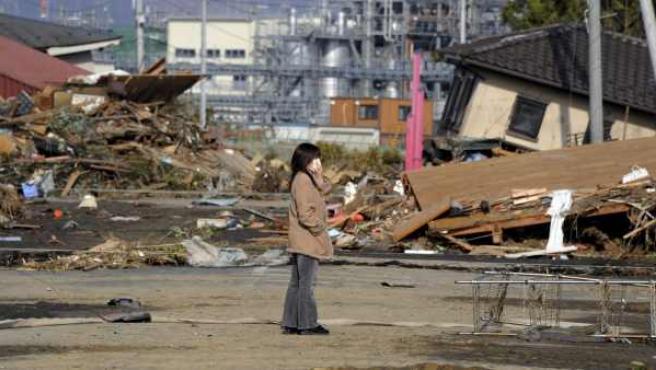 Una mujer observa el estado en que ha quedado la localidad de Haragama en Soma, prefectura de Fukushima (Japón).