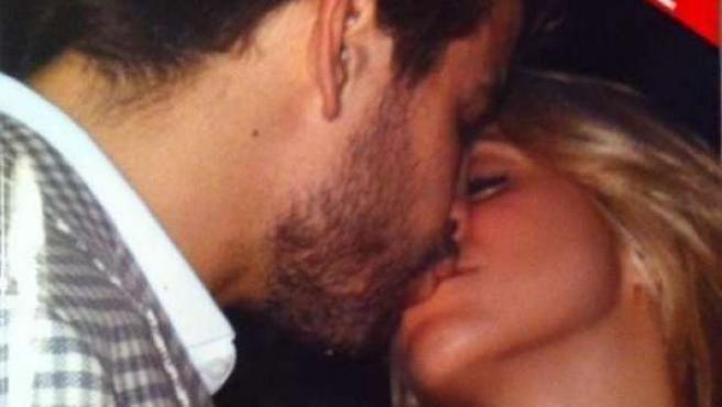 El beso de Shakira y Piqué en la portada de la revista Caras.