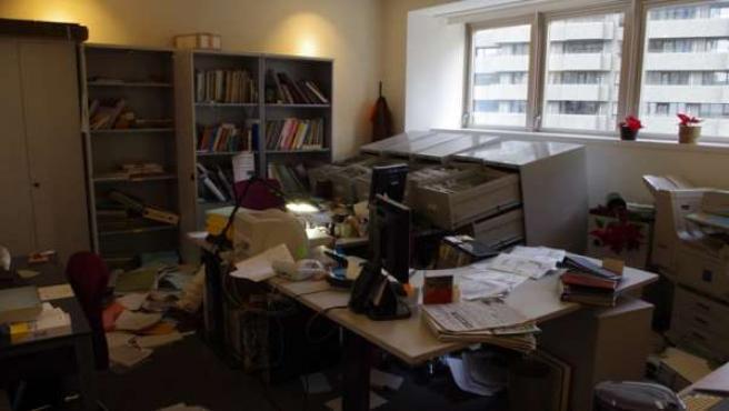 Fernán sube a su blog, los ojos de ella, estas impactantes imágenes del interior de la embajada española en Tokio tras el terremoto.