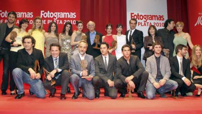 Fotografía de familia de los galardonados tras la gala de entrega de los Fotogramas de Plata 2010.