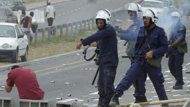 Policías antidisturbios bahreiníes disparan balas de goma a un manifestante opositor.