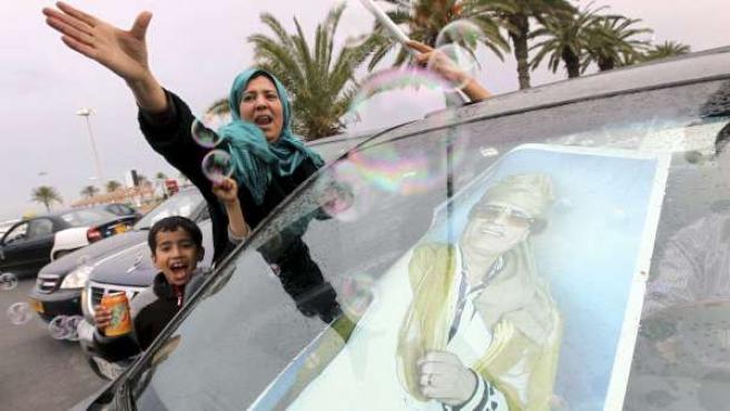 Simpatizantes del líder libio Muamar el Gadafi corean consignas progubernamentales mientras participan en una concentración en Trípoli (Libia).