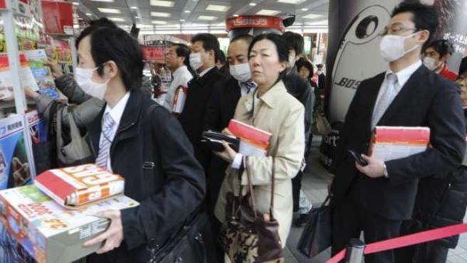 Varios japoneses en el centro de Tokio (Japón).