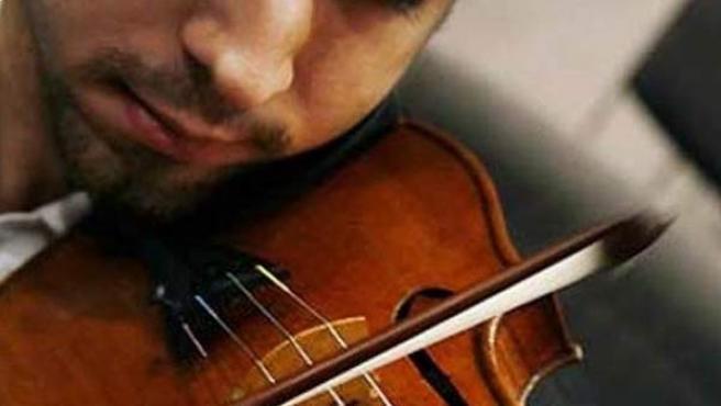 Un músico tocando el violín.