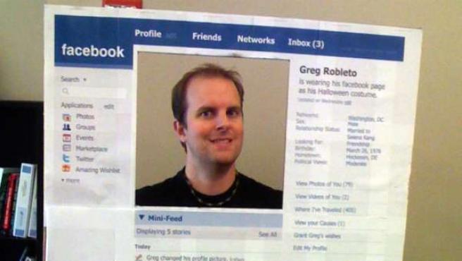Un hombre disfrazado de Facebook.