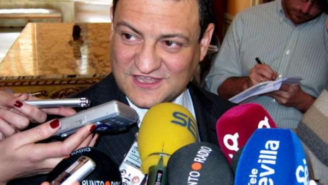 Manuel Rey atiende a los medios