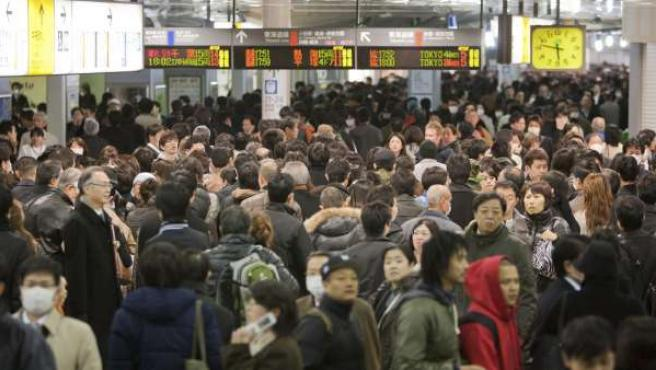 Japoneses y extranjeros intentan abandonar Tokio en la estación de tren de Shinagawa.
