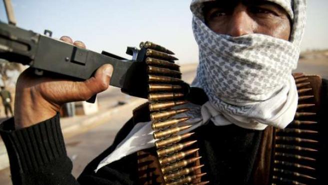 Un soldado sostiene un arma en el frente de la ciudad de Ajdabiya.