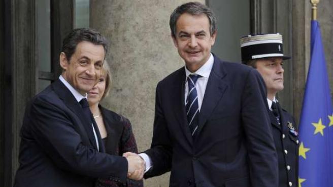 Zapatero, este sábado 19 de marzo, saluda a Sarkozy a su llegada a la reunión en París donde se han sentado las bases para la intervención militar en Libia para frenar a Gadafi.