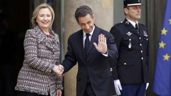 El presidente francés, Nicolas Sarkozy saluda a la secretaria de Estado de EE UU, Hillary Clinton, a su llegada al Elíseo (París).