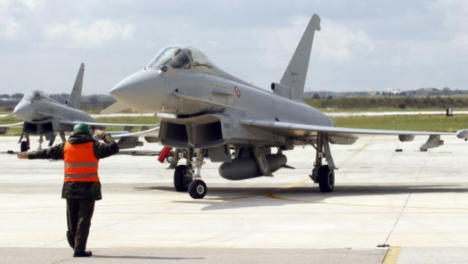 Un Eurofighter italiano se dispone a despegar en la base de la OTAN en Gioia del Colle, al sur de Italia.