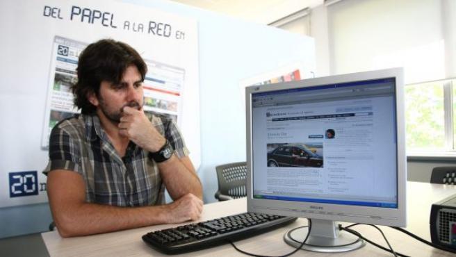 El reportero Hernán Zin, colaborador de 20minutos.es, en la redacción del periódico durante una entrevista.