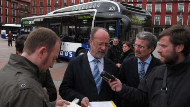 El alcalde de Valladolid, Francisco Javier León de la Riva atiende a los medios