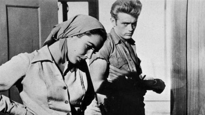 James Dean junto a Elizabeth Taylor, en una escena del drama dirigido en 1956 por George Stevens, 'Gigante'.