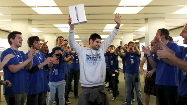 Albert Llambrich, el primer cliente en adquirir el nuevo Ipad 2, es aplaudido por el personal de la tienda Apple del centro comercial de la Maquinista, en Barcelona.