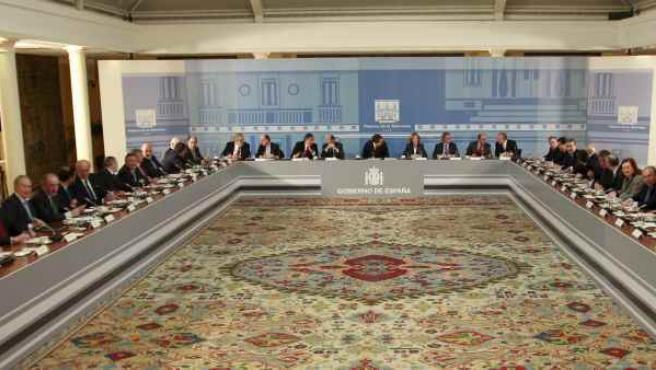 Vista general del salón de columnas del Palacio de la Moncloa, donde el presidente del Gobierno, José Luis Rodríguez Zapatero, se reunió con los grandes empresarios españoles y el presidente de la CEOE.