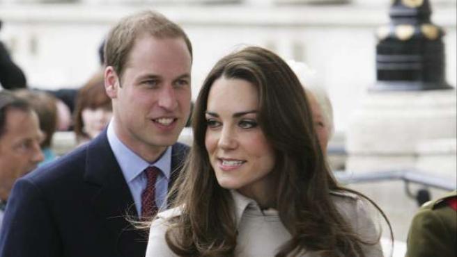 El príncipe Guillermo y Kate Middleton, de visita oficial en Irlanda. La pareja contraerá matrimonio el próximo 29 de abril en Londres.